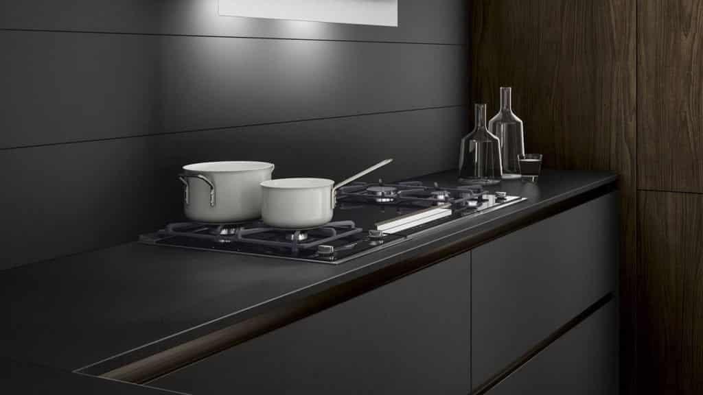 cuisine noire et bois foncé plaques