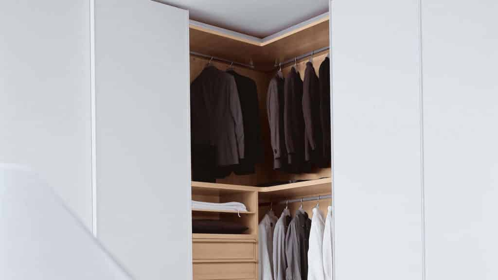 armoire d'angle bois portes blanches
