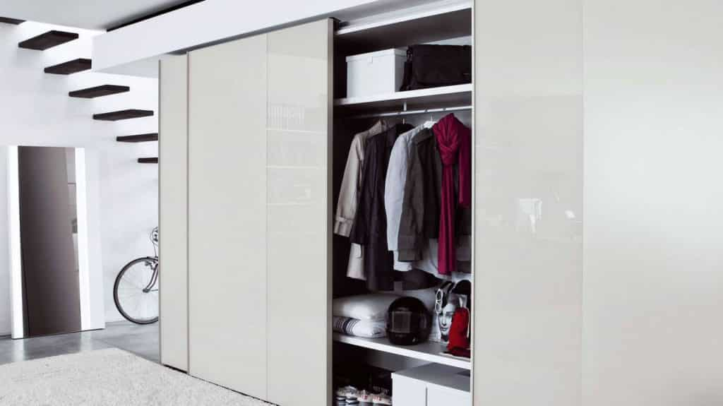 armoire beige brillant porte coulissante