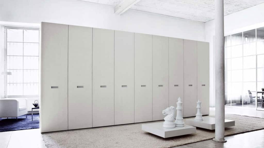 armoire portes battantes blanche poignées encastrées