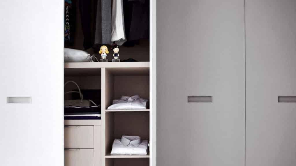 armoire portes battantes poignées encastrées
