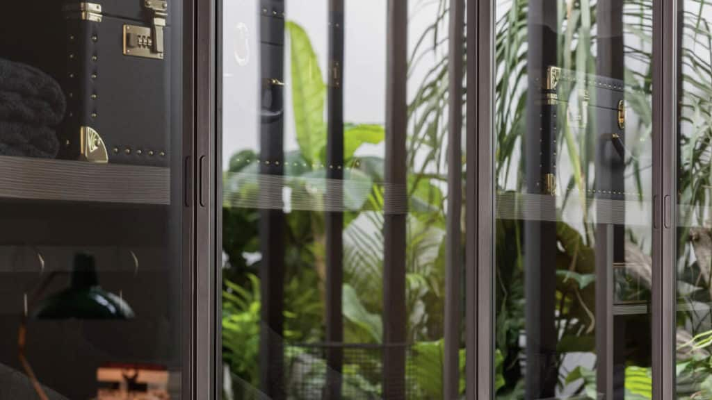 armoire portes transparentes battantes