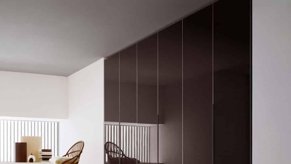 armoire verre laqué marron portes battantes