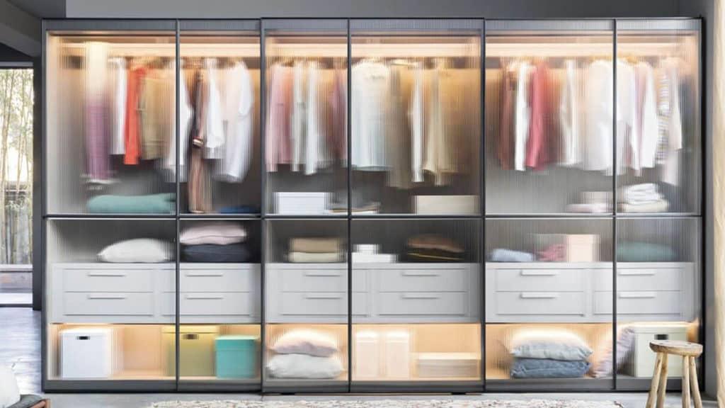 armoire porte coulissante de chambre avec portes en verre