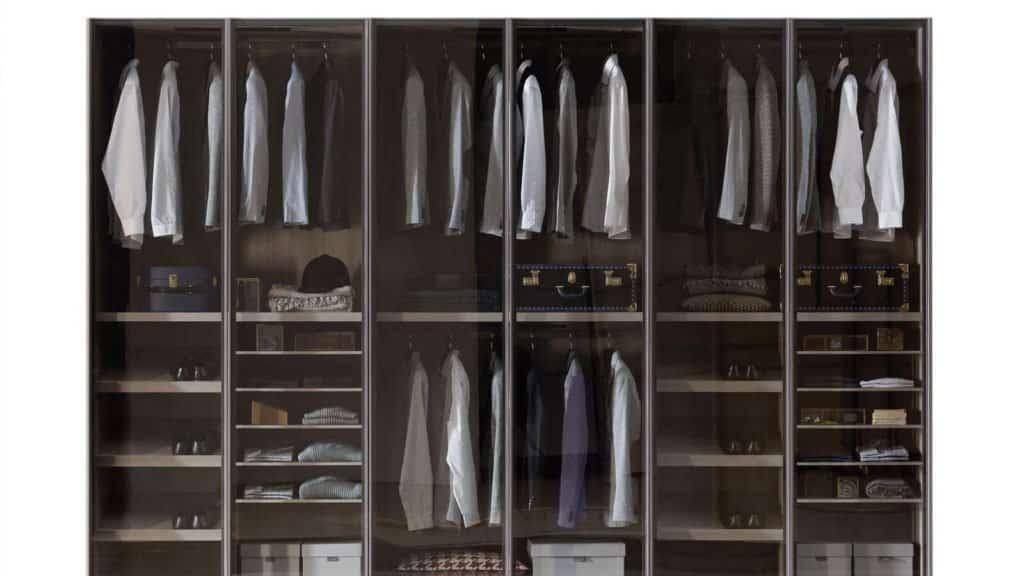 intérieur armoire bois foncé sur mesure