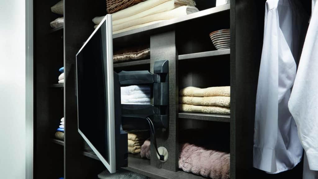 télévision murale pivotante dans armoire sur-mesure