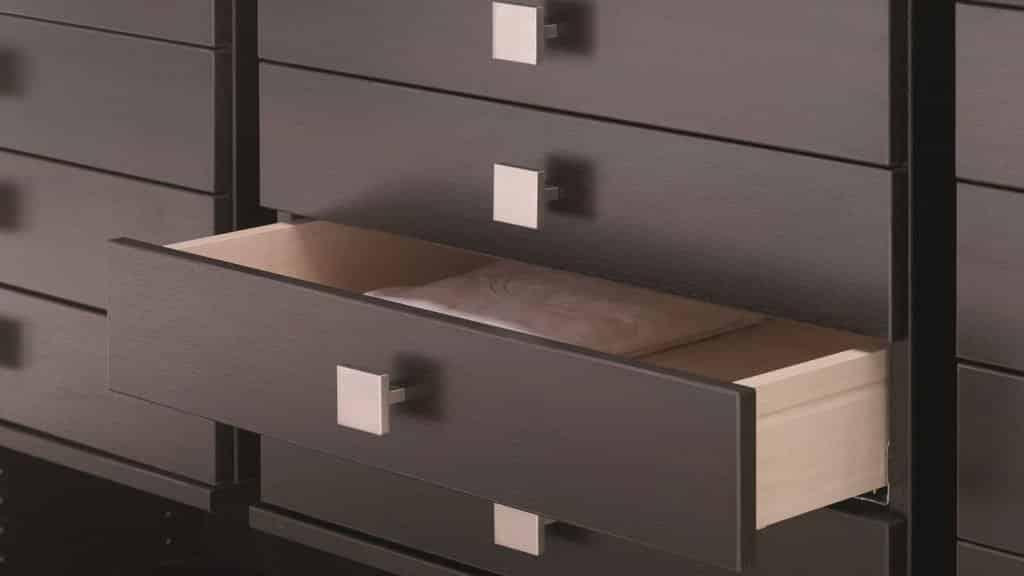 dressing ouvert tiroirs bois foncé